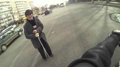 おじいちゃんの横断を助けるグッジョブなロシアのライダー△