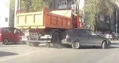ちょっと何すんの~!乗用車がダンプカーに引っかかっちゃう動画