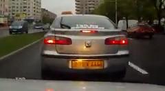 譲ってやらなかったタクシーに仕返しされちゃう動画