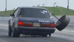 ドラッグカーのタイヤが豪快に外れちゃう動画