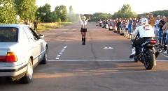 クルマ vs バイク 加速対決でやっちまった動画