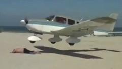 低空飛行すぎる軽飛行機と海水浴客が接触しそうになっちゃう超ギリギリ動画