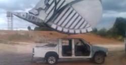 超巨大ショベルでピックアップトラックを潰しちゃう動画