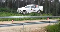 BMW M3 の華麗な超大ジャンプ動画