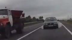 あぶねっ!危険な追い越し車両とぶつかりそうになっちゃう危機一髪動画