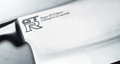 GT-R を刃物に見立てたかなり挑戦的な広告風写真