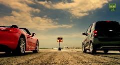 スマート フォーツー エレクトリックドライブ vs フォード マスタング、アウディ A5、ポルシェ ボクスター あえてドラッグレースで対決させてみた動画