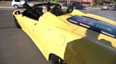 いいところを見せようとしたフェラーリ スクーデリア スパイダー16Mがカメラマンに襲いかかっちゃう動画