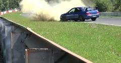 ニュルでスピンしたインプ STI の超ラッキーなリカバリー動画