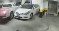 駐車場の狭さに怒ったピックアップトラックの行動が予想外すぎる動画