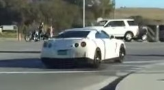 カッコつけたGT-Rが交差点でスピンしちゃう動画