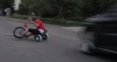 ドリフト三輪車サイコー!!!→車と激突しちゃう動画