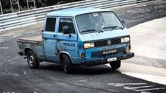 ニュルを走るオンボロトラックがドリフトしちゃう動画
