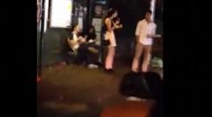 バス停で待ってる人からピザを盗んじゃうひったくり動画