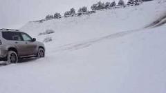 スズキ ジムニー vs トヨタ ランドクルーザープラド 雪の登坂力対決動画
