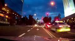 クレイジーすぎる!BMW M3 と3台のバイクが公道で爆走レースしちゃう動画