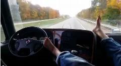 緊張感全く無し!足で運転しながらくつろぎまくるトラックドライバー