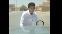 止まって~!少年が動き出した車を止められずあたふたしちゃう動画