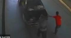 二人で車を押してたら突然一人が消えちゃう動画