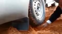 この手があったか!砂漠でスタックしてしまった時の脱出方法がわかる動画