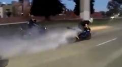 バーンアウトで公道で爆走しまくるクレイジーバイク野郎動画