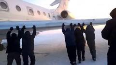 車輪が凍ったジェット機をみんなで押しちゃうさむロシア動画