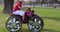 小型の4輪バギーに28インチホイールを履かせてみた動画