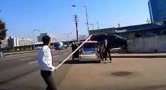 進路妨害する車に文句言いに行ったらスゴイのが出てきた!っていう韓国動画