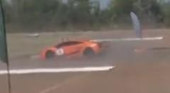 1750馬力のランボルギーニ ガヤルドが240km/hでスピンしちゃう動画