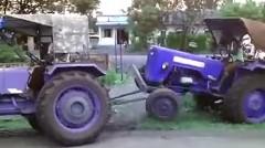 トラクターを助けようとしたら逆に真っ二つになっちゃうトホホ動画