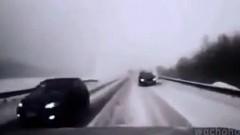 やべっ!雪道で逆走野郎が突っ込んできた!→とんでもラッキーマンな動画