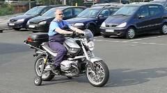 地面に足をつかなくてもよくなるバイク用自動補助輪