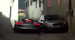 フェラーリのナビに従ったらスーパーカー軍団がとんでもなく狭い道を通されたっていう動画
