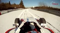 雪のニュルをフォーミュラカーで走ってみた動画