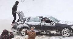 雪でスタックした時の脱出方法がわかる動画