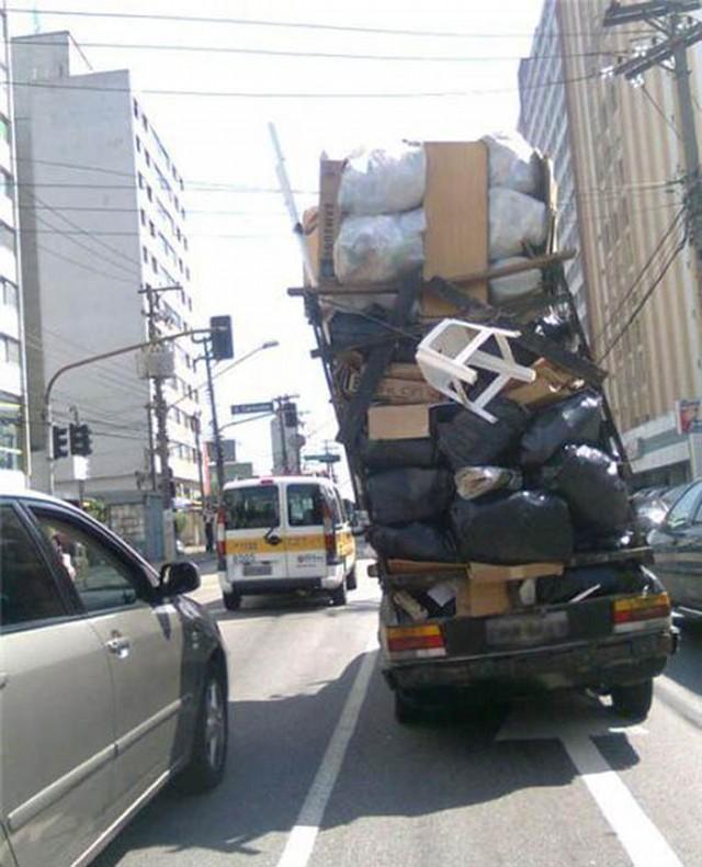 荷物積み過ぎて右折できなさそうに見える車