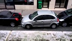狭いスペースに無理やり縦列駐車しちゃう女性ドライバー