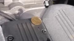 スバルのボクサーエンジンの上にコインを立ててみた動画