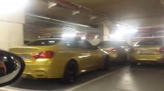 なにこれ?オースチン・イエローのBMW M4だらけの駐車場