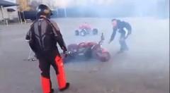 暴走バイクを止めろ!バイクのスロットルが戻らなくなって悪戦苦闘しちゃう動画