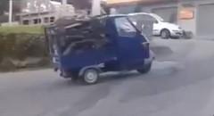 ミニ3輪トラック vs 坂道 孤軍奮闘する姿につい笑っちゃう動画