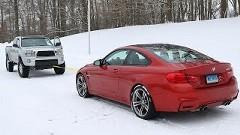 RWD BMW M4 vs 4WD ピックアップトラック 雪上綱引き対決動画
