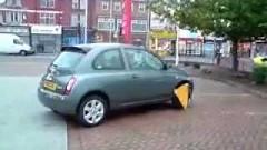 タイヤロックされても無理やり動かそうと奮闘する日産マーチ