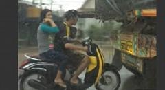 この手があったか!雨に濡れずにバイクに乗る方法がわかる動画