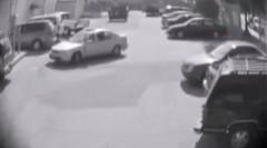 駐車スペースを取られた腹いせに女性の車にとんでもない行動を取っちゃう男性ドライバー動画