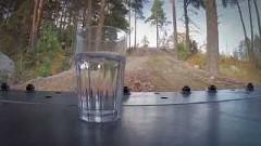 ボルボのホイールローダーに乗せたコップの水をこぼさずに運んじゃう地味すぎるスゴ技動画