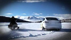 テスラ モデルS P85D vs スノーモービル 雪のドラッグレース対決動画