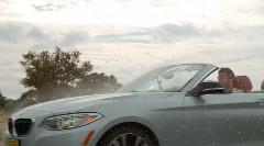 雨の中を走るオープンカーをスローモーションで撮影してみた動画