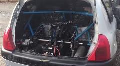 スゲー!ルノー クリオにホンダ CBR900RRのツインエンジン+リア駆動にしちゃった動画