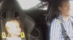 これはカワイイ!3歳の女の子をフェラーリ チャレンジ・ストラダーレに乗せてみた動画